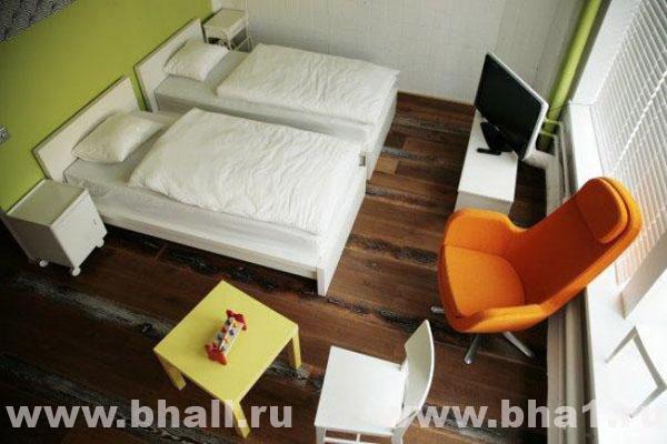 На две комнаты, на этаже расположены душевая кабина, санузел, так имеются холодильник,стиральная машина,утюг и чайник.